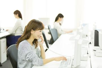 ビジネスフォンとは複数の外線と内線を共有して使用できる電話機のこと