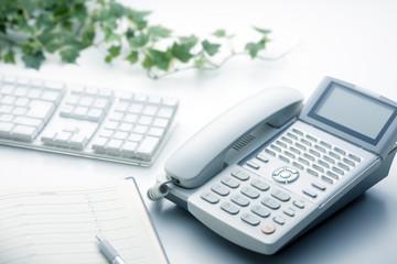 オフィスで働いている方はボタンが沢山ある電話機、ビジネスフォンを使用する。