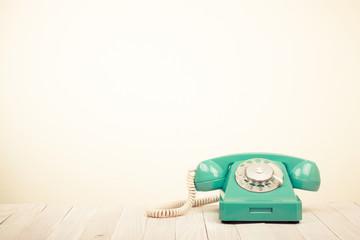 家庭電話機とは、その名の通り一般のご家庭で使われている電話機になり、最近ではSOHOなど個人事業主の方も使われていることがあります。 その一番の特徴は、局線が1外線(1つの番号)で使用するタイプの電話機になります。