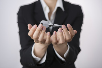 電話機とセキュリティとは、無関係のように感じてしまいそうですが、今の家庭用電話機には振り込め詐欺対策機能などが搭載され、ビジネスホンにおいても監視機能や迷惑電話防止機能が備わった機種が出回るようになっている